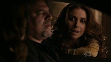 Helô surpreende Wanda e Russo - A delegada orienta Jô a sair disfarçadamente do bar. Wanda e Russo se preparam para atirar em Helô, mas a delegada se adianta e aborda os bandidos