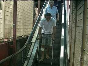 Escadas rolantes enguiçadas complicam a vida de quem passa pela estação do Méier - Na estação de trem do Méier, as escadas rolantes estão enguiçadas. O problema complica a vida dos pacientes que buscam atendimento no Hospital Salgado Filho. Os passageiros dizem que o problema é antigo.