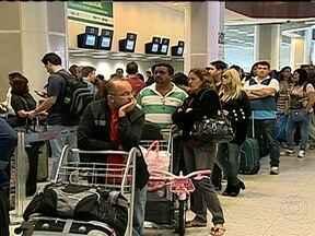 Mau tempo ainda causa transtornos no Aeroporto Santos Dumont - Desde cedo o aeroporto opera com auxílio de instrumentos para pouso e decolagem. O saguão está lotado. Neste sábado (18), oito voos saíram atrasados e dois foram cancelados. Na sexta (17), o Santos Dumont ficou fechado por mais dez horas.
