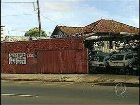No escuro! Revenda de peças arrombada 10 vezes está até sem fiação elétrica - O dono da empresa que revende peças usadas de veículos já está desanimado com o negócio. Os bandidos entraram 3 vezes na empresa de Londrina em uma semana.