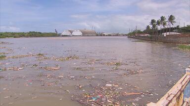 Geraldo Julio assume compromisso de resolver 32 pontos de alagamento no Recife - Prefeito convocou assessores para avaliar estragos provocados por temporal de sexta-feira. De acordo com Geraldo Julio, equipe já retirou 52 mil toneladas de lixo de 60 canais.