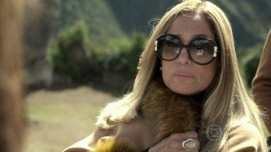 Pilar critica Paloma - Em Machu Picchu, a família comemora a aprovação de Paloma no vestibular para medicina. Paloma percebe o desânimo de Pilar e conclui que a mãe não confia nela