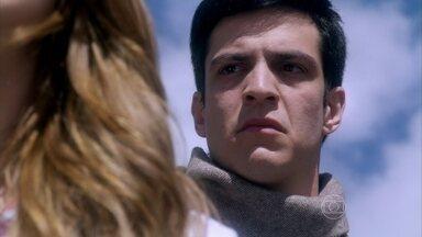 Félix diz a Paloma que ela foi adotada - Ele aproveita a angústia da irmã para intrigá-la contra os pais. Pilar critica o visual da filha e não percebe que ela está abalada