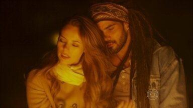 Paloma passa a noite com Ninho - Em crise emocional, ela decide ir até a festa no acampamento do rapaz