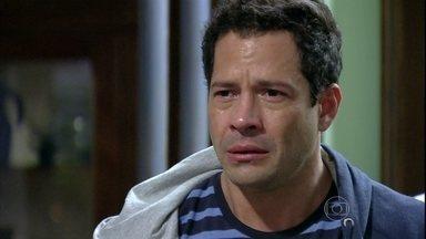 Bruno mente para a família e diz que a menina sobreviveu - Ele diz que a esposa estava grávida de gêmeos e morreu durante o parto junto com o menino. Todos se surpreendem com a notícia, mas acreditam na história