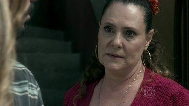 Márcia garante que não pegou a filha de Paloma - Ela conta como fez o parto de Paloma e devolve o celular da moça. Paloma avisa que dará o nome da ex-chacrete para a polícia