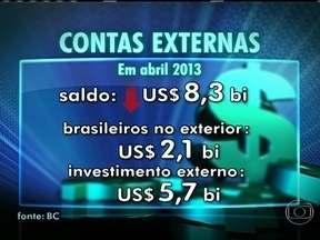 Contas externas voltam a ficar no vermelho em mais de US$ 8 bilhões - É o pior resultado para o mês em 33 anos. Contribuíram para esse número, os gastos recordes dos brasileiros no exterior. O investimento dos estrangeiros foi de US$ 5,7 bilhões.