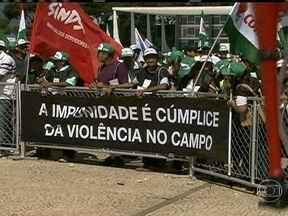 Grito da Terra reúne milhares de agricultores em Brasília - Milhares de agricultores se reuniram em Brasília no movimento Grito da Terra. Durante a manifestação, que já ocorre há 19 anos, os agricultores pediram melhorias para o trabalho no campo.