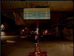 Terminal rodoviario de Macaé, RJ, é marcado por vandalismo, escuridão e insegurança - Banheiros interditados exalam odor, vidros estão quebrados, e paredes, pixadas.Nem sequer os seguranças ficam no local à noite.