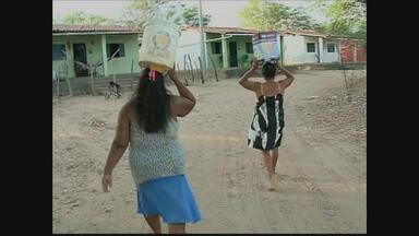 Moradores de assentamento no Sertão sofrem para conseguir água - Problema acontece no município de Santa Maria da Boa Vista e poderia ser resolvido se a obra da adutora na região tivesse sido concluída.