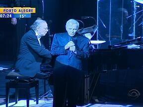 Cantor francês Charles Aznavour faz show em Porto Alegre - Artista apresentou coletânea de sucessos da carreira.