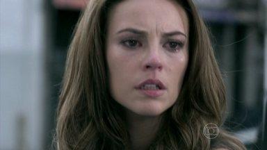 Paloma decide ir atrás de Ninho - O investigador desiste de procurar a filha de Paloma. Pilar garante que Paloma não é adotada e César se decepciona com o comportamento da filha. Paloma vê Ninho sendo preso