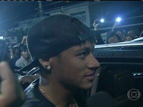 Neymar diz que vai discutir com a família sobre o seu futuro - O jogador Neymar falou com os dirigentes do Santos por cerca de meia hora, mas não houve nenhuma resolução. Ele afirmou que quer ainda conversar com a família sobre para qual clube ele jogará no futuro.