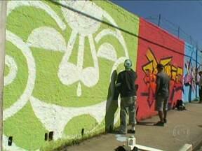 Grafiteiros se encontram para mudar a cara de uma das principais avenidas do Grajaú - Mais de 100 grafiteiros se reuniram no final de semana (25 e 26) para transformar os muros da Avenida Belmira Amarim, no Grajaú. As parceiras do SP da região registraram o encontro e mostraram no SPTV de segunda-feira (27).