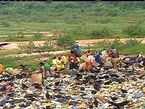 Volume de lixo cresce em proporção maior que a população brasileira - Nos últimos dez anos, a população do Brasil aumentou 9,65%. No mesmo período, o volume de lixo cresceu mais do que o dobro disso, 21%. Apenas no ano passado, foram descartados 24 milhões de toneladas de resíduos em lugares inadequados.