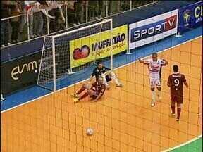 Cascavel e Orlândia empatam pela Liga Futsal - Partida teve Falcão e outros craques em quadra, 10 gols ao todo e euforia na torcida do Cascavel.