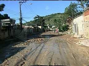 Moradores de rua em Belford Roxo pedem asfalto - Os moradores da Rua Sete, no bairro Jardim Cristina, em Belford Roxo, não aguentam mais a quantidade de lama. Era impossível caminhar pela rua. Secretário de obras do município prometeu solução, mas os moradores não foram atendidos.