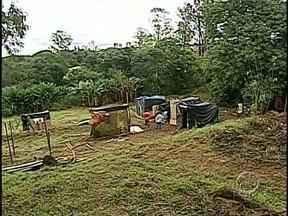 Famílias ocupam terreno da prefeitura, num fundo de vale da Zona Leste de Londrina - O terreno fica na avenida Adolfo Bezerra de Menezes, no Jardim Nova Conquista, na Zona Leste de Londrina. Só este ano já é a terceira vez que um terreno público é ocupado.