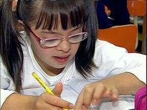 Aluna com síndrome de Down ganha prêmio em concurso de redação - Conheça a Camila, uma aluna muito esforçada e que é o orgulho de professores e colegas.
