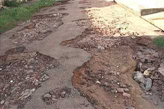Quem mora ou passa pelas ruas do Maiobão reclama da falta de infraestrutura - Ruas e avenidas estão cheias de buracos e lama.