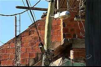 Moradores de comunidade em Vitória pedem troca de postes - Fios de energia estão baixos, perto das casas. População tem medo de choques.