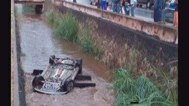 Carro cai em córrego em avenida de Sertãozinho, SP - Motorista e filho de seis anos foram resgatados pelo Corpo de Bombeiros.