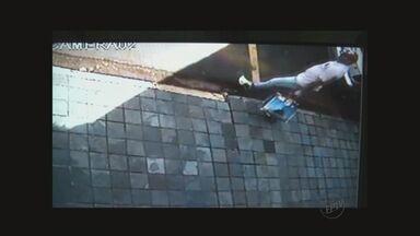 Suspeitos invadem consultório e roubam R$ 30 mil em Franca, SP - Imagens de segurança gravaram a ação da quadrilha.