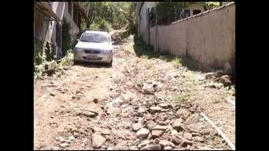 Angra dos Reis, no RJ, recebe visita do Zé do Bairro - Ele foi ver de perto o problema enfrentado pela comunidade da Banqueta, que pede a pavimentação das ruas do bairro.