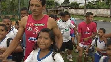Maratonista amazonense cria projeto para crianças e adolescentes - O corredor de rua, Jean Pereira, de 38 anos, criou um projeto para ensinar técnicas para crianças e adolescentes de Manaus.