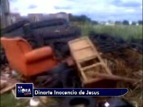Lixo acumulado na rua Barão da Serra Negra está preocupando moradores - Um telespectador mandou imagens ao ParanáTV. A preocupação é que os materiais possam servir de criadouros do mosquito da dengue.