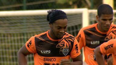 Após machucado no olho, Ronaldinho Gaúcho participa de treino do Atlético-MG - Desde o jogo contra o Tijuana, no México, jogador usava curativo no olho.