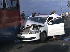 Carro bate em ônibus e trânsito fica lento na Avenida Otávio Mangabeira - O motorista do carro perdeu controle da direção e bateu no fundo do ônibus.