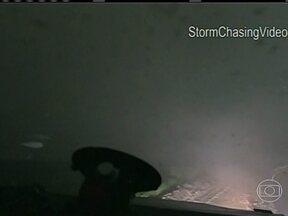 """Caçadores de tempestades registram de dentro de um carro a passagem de um tornado nos EUA - Os amigos Brandon Ivey e Sean Casey estavam num veículo apelidado de """"Interceptor de Tornados"""", que tem um sistema especial de suspensão e pesa mais de seis toneladas. As imagens foram feitas no condado de Smith, no Kansas, na semana passada."""