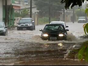 Chuva causa alagamentos em Araguari, MG - Motoristas tiveram dificuldade para passar pela Avenida Batalhão. Água quase cobriu a frente dos carros e em alguns pontos ultrapassou o meio-fio.