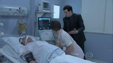 Joana chega a tempo e salva Atílio - O plano de Félix vai por água abaixo quando a enfermeira aparece de surpresa