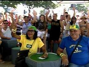 Tande mostra movimentação do público no quiosque da Globo na Praia de Copacabana - Torcedores vão acompanhar amistoso da Seleção em telão no local.