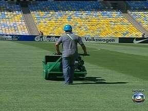 Gramado do Maracanã recebe últimos reparos para o amistoso entre Brasil e Inglaterra - Telões suspenso é outra novidade na reforma do estádio.