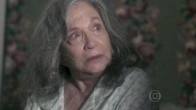 Bernarda afirma que nunca perdoou César - Preocupada com a saúde da mãe, Pilar tenta convencê-la a se mudar para sua casa