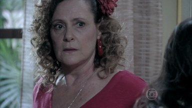 Márcia não sabe o que fazer com Atílio - Valdirene pede socorro a Carlito, que ajuda Atílio a se recompor