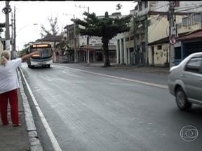Idosos ajudam a flagrar motoristas de ônibus que cometem irregularidades no Rio de Janeiro - Aposentados são usados pela Secretaria de Transportes do Rio de Janeiro como iscas para flagrar motoristas de ônibus que não param para os idosos. Voluntários participam do projeto.