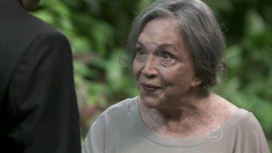 Bernarda percebe que Félix quer tirar vantagem do segredo que ela esconde - Paloma conta para a avó que está namorando Bruno e fala de Paulinha. Bernarda insinua que Félix é interesseiro