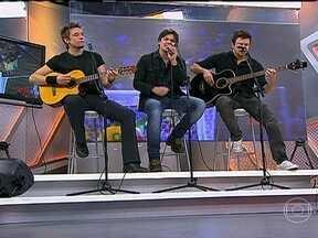 KLB canta 'A cada dez palavras' no Corujão do Esporte - Banda interpreta uma de suas músicas no programa.