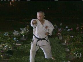 Karateca de 63 anos aproveita o espaço do cemitério onde trabalha para treinar - Conheça a história de Valdemar Ribeiro.