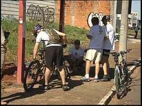 Centenas de bicicletas ganham as ruas de Rio Preto, SP, para orientar motoristas - Na manhã deste sábado (8), centenas de bicicletas ganharam as ruas de São José do Rio Preto (SP) para chamar a atenção das autoridades e exigir mais respeito no trânsito.