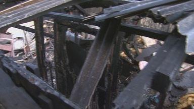 Homem ateia fogo na própria casa e é preso, na Zona Centro-Sul de Manaus - Segundo a PM, esposa reconheceu o marido como sendo o incendiário.Fogo foi controlado por populares e bombeiros.
