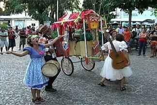 """Projeto """"Carroça na Estrada"""" leva a magia do teatro para cidades do interior - Olhares atentos acompanharam, na praça da matriz, em caxias, mais uma apresentação do """"Carroça na Estrada""""."""