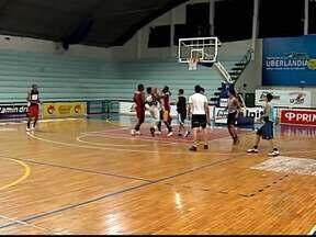 Jovens de Uberlândia brigam por vaga na equipe que disputará LDB 2013 - Rodrigo Carlos comanda primeiro treino com jovens que disputam seletiva para integrar time de Uberlândia