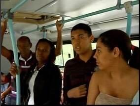 Escola de Timóteo realizam o passeio literário, que é declamação de poemas em um ônibus - Ação faz parte do projeto Contação de Histórias.