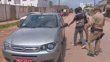 Taxista tem carro roubado em Macapá - Um taxista teve o carro roubado em frente a uma oficina mecânica, em Macapá. A pessoa que furtou o veículo, depredou-o antes de abandoná-lo numa rodovia, no Amapá.