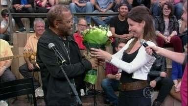 Mulher de Martinho da Vila faz surpresa para o cantor no Altas Horas - Cantor recebe flores da esposa e comenta sobre a relação de mais de 20 anos